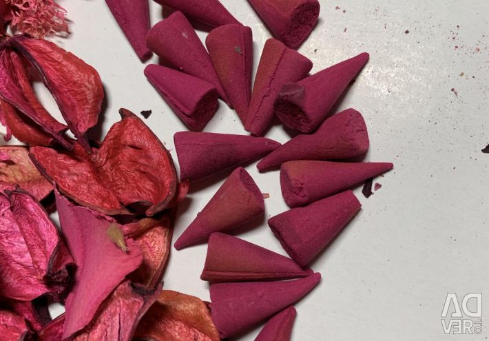 Flavored candles and rose petals
