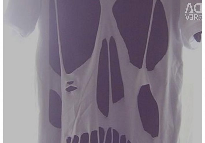 T-shirt with a cut skull on the back