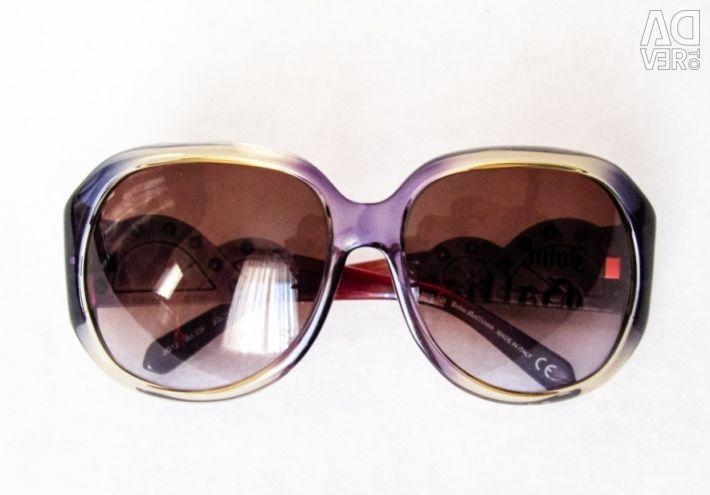 Ochelari strălucitori de la marca Galliano