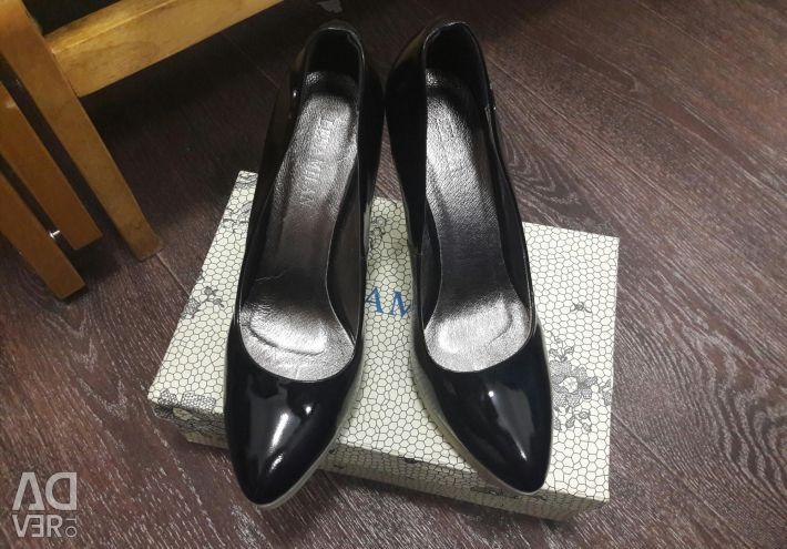 Pantofi noi r. 39