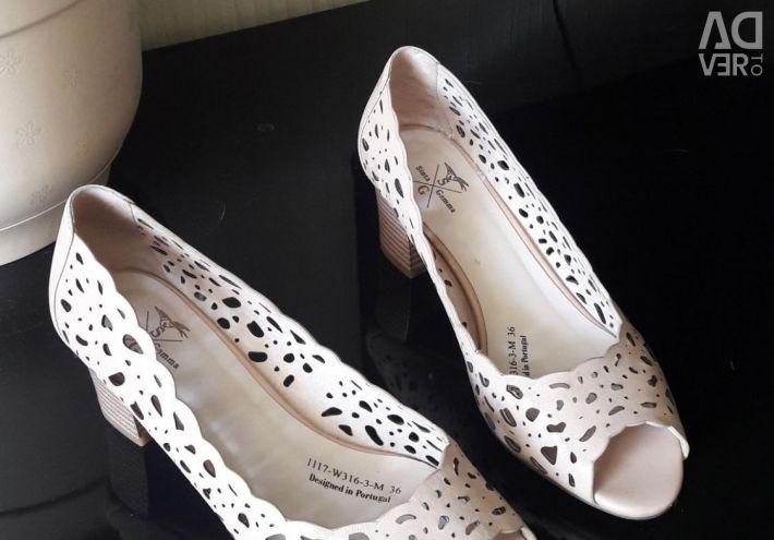 Yeni sandaletler. deri