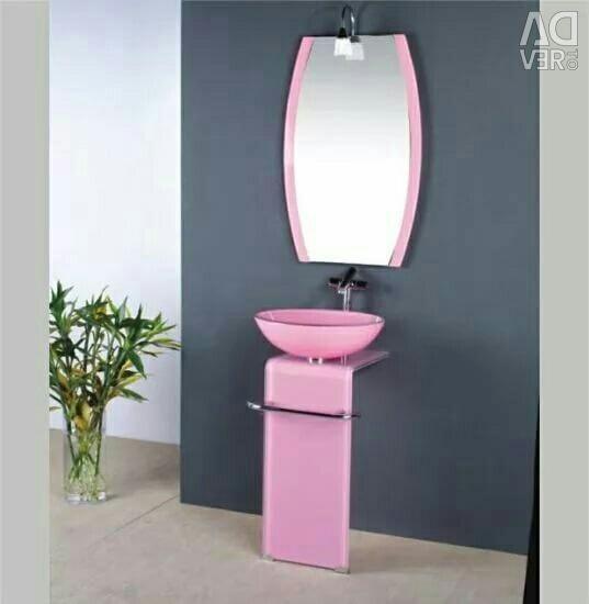 Chiuveta din sticlă roz cu oglindă.