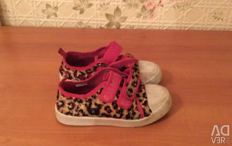 Sneakers under the leopard p 29