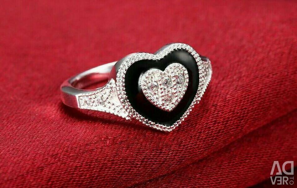 Inelul este de argint. Nou. Inima.
