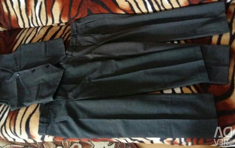 Pantaloni (2buc.) Și o vesta pentru elevii de clasa întâi.