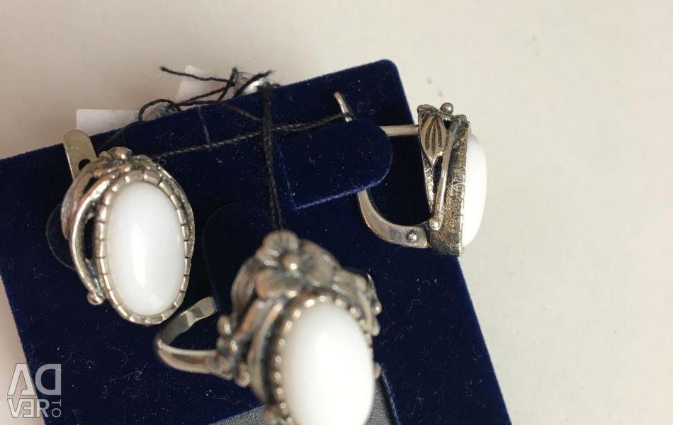 Gümüş küpeler ve yüzük yeni