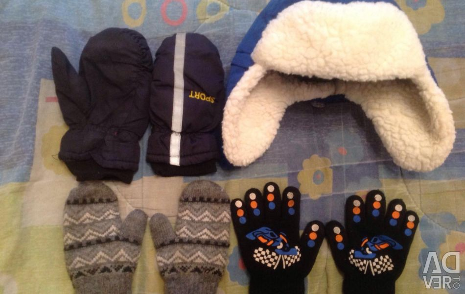 Children's hat with mittens and gloves.