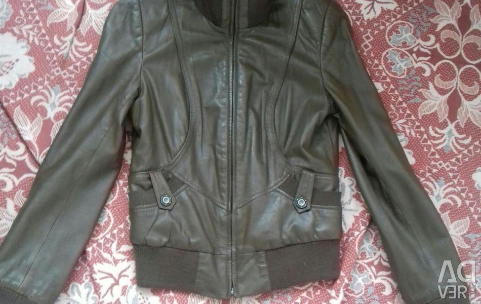 Jacheta este confecționată din piele naturală. Dimensiunea (S) 40-42