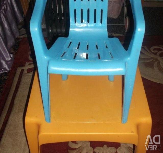 Micul tabel cu copiii scaunelor