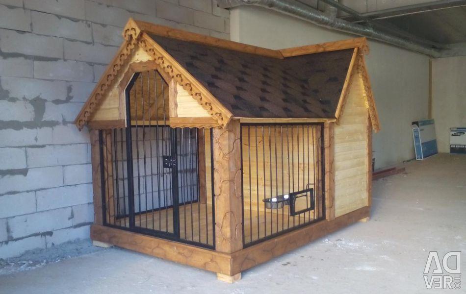 Bir gölgelik ile sıcak bir köpek kulübesi ile köpek evi
