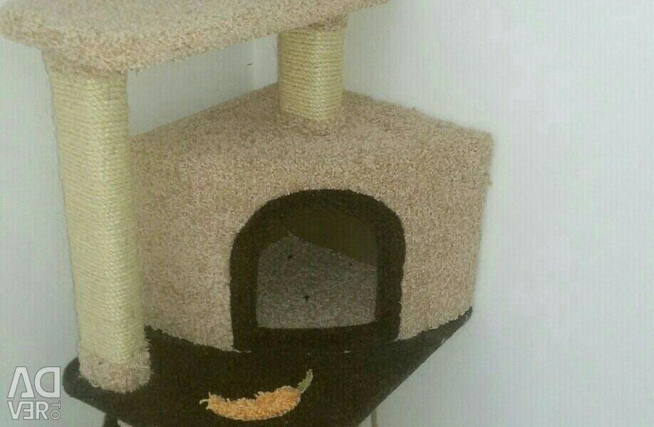Complex for cats with a small house and a scratching pad