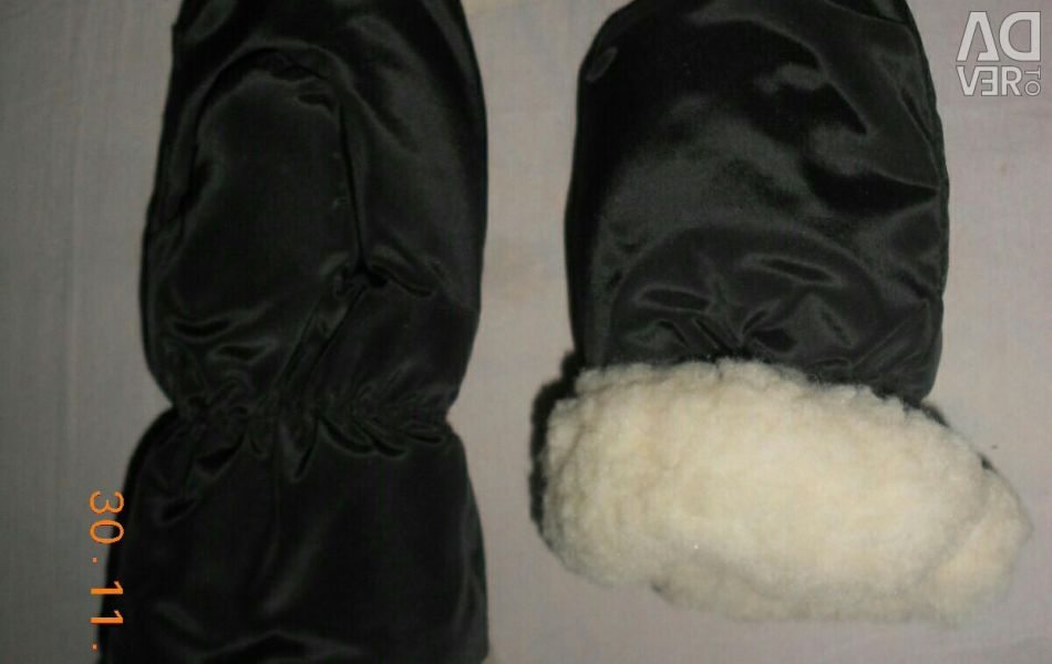 NEW mittens for 3-7 years.