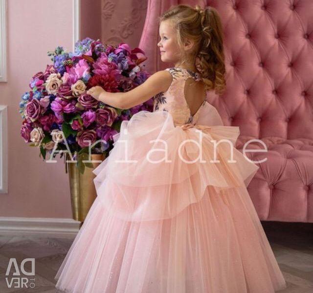 Noi rochii de lux pentru copii la podea
