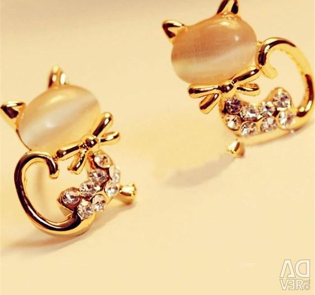 18 g gold plated earrings with fonites and moonstone.