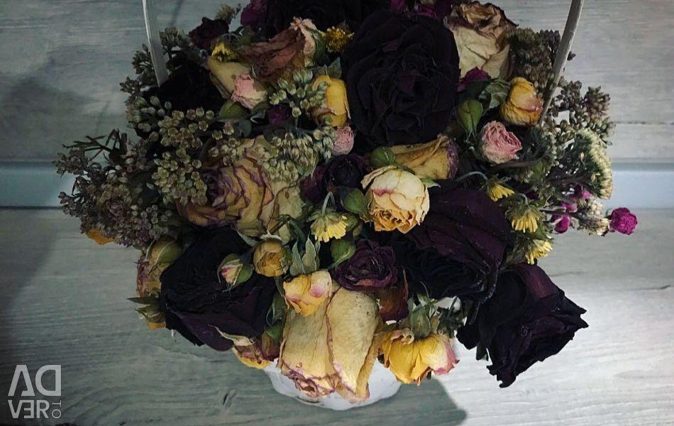 Compoziția de flori uscate într-un coș