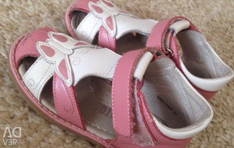 Kızlar için çocuk sandaletleri. Barkito