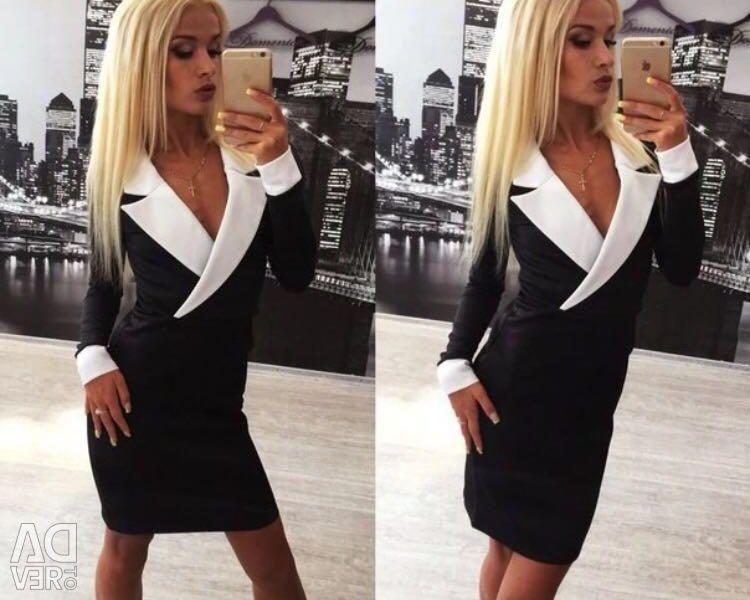 Φόρεμα με βαθύ λαιμόκοψη